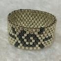 Boldogság gyűrű, Ékszer, Ruha, divat, cipő, Gyűrű, Peyote technikával készült, 1 cm széles gyűrű. A képen látható darab 9-es méretű (18,9 mm..., Meska