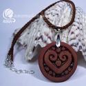 RIKA AromaÉkszer nyaklánc illatosítható szív motívumos kerámia medállal, Ékszer, Nyaklánc, Medál, Kerámia, Ékszerkészítés, Selyemfényű barna sodrott selyemzsinóros nyaklánc, vörösesbarna szív motívumos, kör alakú medállal...., Meska