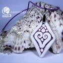 RIKA AromaÉkszer nyaklánc illatosítható lila szív motívumos kerámiamedállal, Ékszer, Nyaklánc, Medál, Kerámia, Ékszerkészítés, Lila hengerelt bőr nyaklánc, fehér-lila szív motívumos, rombusz alakú medállal. Egyedileg, kézzel k..., Meska