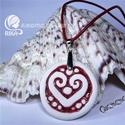 RIKA AromaÉkszer nyaklánc illatosítható piros szív motívumos kerámiamedállal, Ékszer, Nyaklánc, Medál, Kerámia, Ékszerkészítés, Piros hengerelt bőr nyaklánc, fehér-piros szív motívumos, kör alakú medállal. Egyedileg, kézzel kés..., Meska