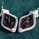 Fekete-ezüst sujtás fülbevaló Shibori selyemmel, Ékszer, Fülbevaló, A fülbevaló szürke, kézzel festett és harmonikaszerűen hajtogatott 100% selyem köré épült fel. Oldal..., Meska