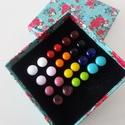 Színskála üvegfüli készlet dobozban, Ékszer, óra, Fülbevaló, Különböző színű, 12 pár saját készítésű , antiallergén üvegfülbevalót tartalmaz ez a..., Meska