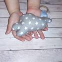Szürke csillagos felhő, fakarikával babáknak, Baba-mama-gyerek, Játék, Készségfejlesztő játék, Plüssállat, rongyjáték, Varrás, Szürke alapon fehér csillagos kis felhő készült, kicsiknek, babáknak. Fa karika van rávarrva, duplá..., Meska