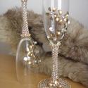 Pezsgős pohár páros II.- arany színű, Esküvő, Nászajándék, Esküvői dekoráció, Pezsgős pohár páros, strassz kövekkel és arany színű körömlakkvirágokkal díszítve, ezüst színű gyöng..., Meska