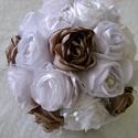 Forever csokor 2. változat, Esküvő, Esküvői dekoráció, Esküvői csokor, Csokor, Tejeskávé színű, hófehér rózsákkal, szatén, selyem, organza, egy kis tüll, fehér gyöngyös rezgő, alj..., Meska