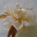 Elegáns pezsgő színű organza virág- csuklódísz, ruhadísz, kitűző, Ékszer, Bross, kitűző, Kézzel varrott organza virág, toll, tüll, gyöngy porzóval díszítve. Fejdísznek, övre, ruhára válldís..., Meska
