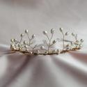 Menyasszonyi vagy alkalmi tiara, hajdísz, Esküvő, Dekoráció, Hajdísz, ruhadísz, Arany színű drótra dolgozott tenyésztett gyöngyökkel, és apró, átlátszó kristályokkal díszített meny..., Meska