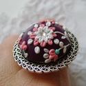 Elegáns virágos gyűrű , Ékszer, Gyűrű, Égethető ékszer gyurmából készült. Színei sötét lila alap, fehér és rózsaszínű virágokkal, pici stra..., Meska