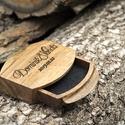 Gyűrűtartó doboz eskűvöre - Iris , Ékszer, Esküvő, Ékszertartó, A terjedelmes és meglehetősen nyilvánvaló hagyományos gyűrűdoboz már régóta esedékes az újratervezés..., Meska