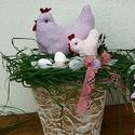 Húsvéti dísz rózsaszín kiscsibével, Húsvéti díszek, Dekoráció, Otthon, lakberendezés, Asztaldísz, Varrás, Virágkötés, A dekoráció alapja kartonból készült, ragasztással, festéssel magam készítettem,nem vízálló. A tyúk..., Meska