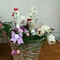 Húsvéti dísz csipkés tyúkocskával, Húsvéti díszek, Dekoráció, Otthon, lakberendezés, Asztaldísz, Varrás, Virágkötés, A dekoráció alapja kartonból készült, ragasztással, festéssel magam készítettem,nem vízálló. A tyúk..., Meska