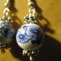 kékvirágos porcelánfüli, Ékszer, Fülbevaló, gyönyörü,kék virágokkal díszített porcelángyöngyök kerültek tibeti köztesek közé.  hos..., Meska