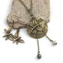 Tavaszi erdőben - Antik bronz szett szitakötővel, mohazöld színű gyöngyökkel, Ékszer, Nyaklánc, Ékszerszett, Fülbevaló, Szépséges, antik bronz, szitakötő formájú függőt tettem egy korong alakú, lepkés medál el..., Meska