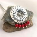 Turbina - Kör alakú tibeti ezüst medál korall ásványgyöngyökkel, Ékszer, Medál, Nyaklánc, Kör alakú, örvény mintájú, tibeti ezüst függő az alapja ennek a nyakláncnak, melyet korall..., Meska