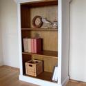 Vintage polc, könyvespolc, Bútor, Polc, Festett tárgyak,  Könyvespolc provence stílusban. Kívül fehérre festve, belül dió lazúrral kezelt. Az alsó polc alat..., Meska