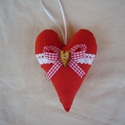 Piros szív 9x13cm, Dekoráció, Esküvő, Meghívó, ültetőkártya, köszönőajándék, Esküvői dekoráció, Pamut anyagból varrtam, vatelinnel béleltem.Elejét pamutcsipke, fa gomb és szalag díszíti.  Ajándékb..., Meska