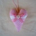 Rózsaszín szív 9x13cm, Dekoráció, Esküvő, Meghívó, ültetőkártya, köszönőajándék, Esküvői dekoráció, Pamut anyagból varrtam, vatelinnel béleltem.Elejét pamutcsipke, gyöngy és szatén szalag díszíti.  Aj..., Meska