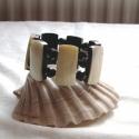 Gyöngyházfeketével, Ékszer, Karkötő, Nagyon különleges, egyedi gyöngyházlapok és csiszolt fekete üveggyöngyből készült karkötő. Körméret:..., Meska