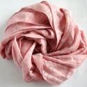 Mályva, fáradt rózsaszínű selyem/organza sál, Hossza: kb. 170 cm, szélessége 30 cm. A selyem m...