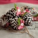 Karácsonyi toboz díszek, Otthon, lakberendezés, Dekoráció, Ünnepi dekoráció, Mindenmás, 9db toboz szalaggal, magyallevéllel és gombbal díszítve. Lakásod természetes dísze lehet :), Meska