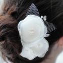 Menyasszonyi hajdísz, Esküvő, Esküvői ékszer, Hajdísz, ruhadísz, Menyasszonyi ruha, 9cm-es hajtű alapon gyönggyel, tüllel díszített ekrü virágok. Fehérben is kérhető., Meska
