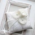 Gyűrűpárna virágokkal, Esküvő, Gyűrűpárna, Hajdísz, ruhadísz, 10x10 cm-es gyűrűtartó párna, ekrü., Meska