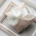 Púder gyűrűpárna organza virágokkal, Esküvő, Gyűrűpárna, Hajdísz, ruhadísz, 10x10 cm-es gyűrűtartó párna, púder-ekrü., Meska