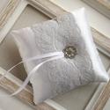 Gyűrűpárna , Esküvő, Gyűrűpárna, Hajdísz, ruhadísz, 10x10 cm-es gyűrűtartó párna, fehér., Meska