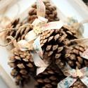 Karácsonyi toboz díszek, Dekoráció, Karácsonyi, adventi apróságok, Ünnepi dekoráció, Karácsonyi dekoráció, 9db nagy toboz dísz karácsonyos textil szalaggal, Meska