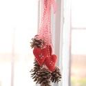 Karácsonyi ajtódísz, Dekoráció, Karácsonyi, adventi apróságok, Ünnepi dekoráció, Karácsonyi dekoráció, 6db toboz és 4db hímzett filc szívecske , Meska