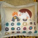 Jóéjtpárna - akár leendő tulajdonosáéhoz hasonló pofival is!, Otthon, lakberendezés, Lakástextil, Párna, Egy kedves alvó kisfiúfigura díszíti ez a párnahuzatot. Mintás textilekből készítettem, bel..., Meska