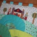 Ovis fésűtartó 100x80 cm, váras, dombos, Baba-mama-gyerek, Színes és mintás pamutvásznakból készülő falikép, megrendelésre, 100x80 cm-es méretben. Applikációs ..., Meska