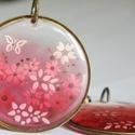 Tavaszi hangulat fülbevaló, Ékszer, Fülbevaló, Kör alakú antik bronz medál alapba rózsaszínnel színezett gyantát öntöttem, abba pedig kis ..., Meska