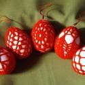 Piros színű horgolt tojás szett, Húsvéti apróságok, Horgolás, Fehér műanyag tojásra horgolt húsvéti díszek. 5 darabos szett. Mérete: 46X64 mm. A tojások akasztóv..., Meska