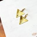 Nyíl háromszög fülbevaló, Ékszer, Képzőművészet, Illusztráció, Fülbevaló, Sárgaréz, kézzel készült, nyíl mintás akasztós fülbevaló.  - sárgaréz háromszög alakú medálok, 22x25..., Meska