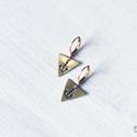 Háromszög horgony fülbevaló, Ékszer, Képzőművészet, Illusztráció, Fülbevaló, Sárgaréz, kézzel készült, horgonyos akasztós fülbevaló.  - sárgaréz háromszög alakú medálok, 12x14 m..., Meska