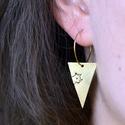 Ivettnek lefoglalva! - cicás fülbevaló, Ékszer, óra, Képzőművészet, Illusztráció, Fülbevaló, Sárgaréz, kézzel készült, cicás, akasztós fülbevaló.  - sárgaréz háromszög medálok - sárgaréz fülbev..., Meska