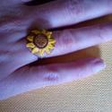 napraforgós gyűrű, Ékszer, Gyűrű, Aranysárga napraforgó gyűrű, nyarat idéző hangulat! Átmérője 2 cm. Szirmait egyenként formáztam fimo..., Meska