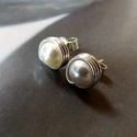 Swarovski gyöngy ezüst fülbevaló, Ékszer, Fülbevaló, Ékszerkészítés, Bedugós fülbevaló 6 mm nagyságú, fehér Swarovski gyöngyökből ezüst ékszerdrótból.   Sterling ezüst ..., Meska
