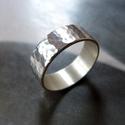 Ezüst karikagyűrű (pöttyösre kalapált), Ékszer, óra, Gyűrű, Ékszerkészítés, Pöttyösre kalapált Sterling ezüst karikagyűrű. Kérésre szívesen antikolom.  Szélessége: 6mm Anyagva..., Meska
