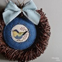 Kék madárfészek ajtódísz, Dekoráció, Otthon, lakberendezés, Ajtódísz, kopogtató, Koszorú, A kedvenc keresztszemes madárkámat hímeztem erre a koszorú alapra, mely igazi kis tavaszi hangulatot..., Meska
