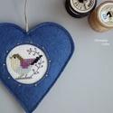 Kék madárka, Dekoráció, Otthon, lakberendezés, Baba-mama-gyerek, Dísz, Keresztszemes madárkás mintával díszítettem ezt a felakasztható szívecskét, melyet jó minőségű kék g..., Meska