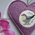 Lila hímzett madárka, Dekoráció, Otthon, lakberendezés, Baba-mama-gyerek, Keresztszemes madárkás mintával díszítettem ezt a felakasztható szívecskét, melyet jó minőségű lilás..., Meska