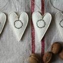 Karácsonyi szív szett, Dekoráció, Otthon, lakberendezés, Ünnepi dekoráció, Dísz, Varrás, Hímzés, Fehér, jó minőségű gyapjúfilcből készültek ezek a felakaszthatós kicsi szívek, melyeket szeretettel..., Meska