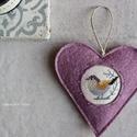 Tavaszi madárdal - lilában, Dekoráció, Otthon, lakberendezés, Húsvéti díszek, Dísz, Keresztszemes madárkás mintával díszítettem ezt a felakasztható szívecskét, melyet lila színű, jó mi..., Meska