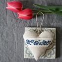 Kék hímzett kicsi szív, Dekoráció, Otthon, lakberendezés, Mindenmás, Dísz, Eleje natúr színű lenvászon, hátulja kék csíkos pamut anyagból készült. Aprólékos kézi hímzéssel hím..., Meska