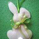 Húsvéti nyúl, Otthon & Lakás, Dekoráció, Ablakdísz, Varrás, Filc anyagból készült akasztható barna nyuszi. Zöld szalaggal a nyakában. 24cm hosszú. , Meska