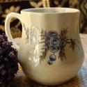 kézzel festett porcelán hasas bögre, Konyhafelszerelés, Bögre, csésze, Festett tárgyak, Kézzel festett porcelán hasas bögre, általam festett kökény motívummal.  Űrtartalma: 4,5 dl, magass..., Meska