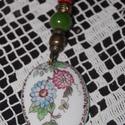 porcelán medál kézi festéssel, Ékszer, Medál, Nyaklánc, Kézzel festett porcelán medál, általam festett virág díszítménnyel. A festett lapocska 3-4 c..., Meska
