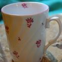 kézzel festett porcelán bögre, Konyhafelszerelés, Bögre, csésze, Kézzel festett bögre virág díszítéssel, 3 dl-es.  , Meska